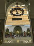 Les hommes musulmans non identifiés prient et se reposent à l'intérieur de la mosquée de Quba Image libre de droits