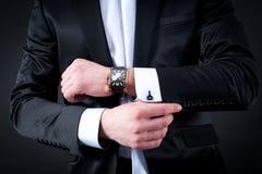Les hommes noircissent le costume et la montre Image stock