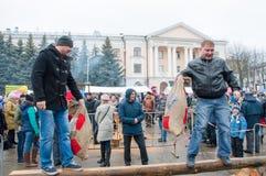 Les hommes non définis avec des sacs participent à un concours de combat pendant la célébration de Maslenitsa Photo stock