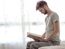 Les hommes ont lu le livre Photo stock