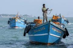 Les hommes orientent un bateau de transport (ferry) dans le port chez Kurikadduwan dans Sri Lanka du nord Photos libres de droits