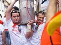 Les hommes portent un bidon de festival de vin de San Fermin Image libre de droits