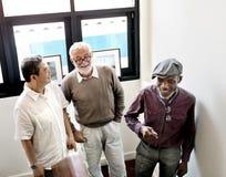 Les hommes première génération de groupe d'amis d'amis ont retiré le concept Photographie stock libre de droits