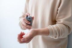 Les hommes pulvérisent le parfum sur son poignet photographie stock