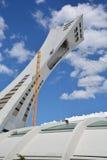 Les hommes réparent la tour de Montréal le Stade Olympique Photographie stock libre de droits