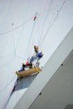 Les hommes réparent la tour de Montréal le Stade Olympique Photos libres de droits