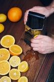 Les hommes remet la peau de citron d'écorces pour le gâteau de citron Beaucoup demi citrons et agrume de Cutted sur le Tableau fo Photo stock