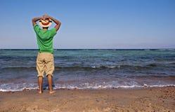 Les hommes s'approchent de la mer Photographie stock libre de droits