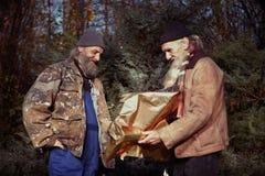 Les hommes sans abri en hiver garent apprécier seul Noël Photo libre de droits