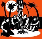 Les hommes se sont blottis dans le feu de feu de camp Images libres de droits