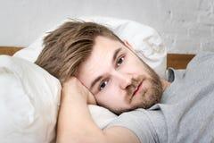 Les hommes sont somnolents Photo stock
