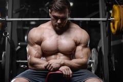 Les hommes sportifs de bodybuilder fort brutal pompant muscles avec d photos stock