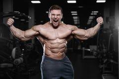 Les hommes sportifs de bodybuilder fort brutal pompant muscles avec d photo stock