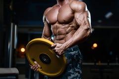 Les hommes sportifs de bodybuilder fort brutal pompant muscles avec d photos libres de droits