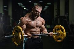 Les hommes sportifs de bodybuilder fort brutal pompant muscles avec d Images stock
