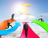Les hommes sur quatre flèches de couleur vont vers l'euro symbole d'or Photo libre de droits