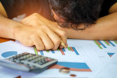 Les hommes utilisent la calculatrice pour analyser des données de revenu Les hommes font un streptocoque image libre de droits