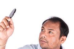 les hommes utilisent le miroir semblant chauve photographie stock libre de droits