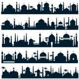 Les horizons islamiques de ville avec la mosquée et le minaret dirigent l'architecture de l'arabe de silhouettes Photographie stock libre de droits