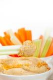 Les houmous frais plongent avec la carotte et le céleri crus Images libres de droits