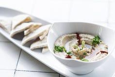 Les houmous organiques plongent et le casse-croûte figé de pain pita en Israël Image stock