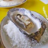 Les huîtres fraîches sont un menu populaire en cuisine japonaise photos libres de droits