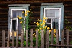 Les hublots de la maison rurale images libres de droits