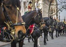Les hussards sur des chevaux devant la Chambre du Parlement pendant le 15 mars défilent à Budapest, Hongrie photo libre de droits