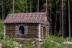 Les huttes aiment la maison de pain d'épice dans la forêt image stock