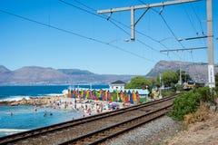 Les huttes brillamment peintes de plage chez St James échouent, Cape Town Photographie stock libre de droits