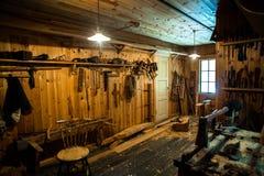 Les huttes en bois du pêcheur antique en parc ethnique, Norvège image stock