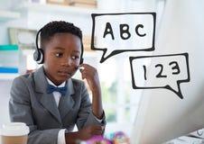 Les icônes d'éducation contre le bureau badinent le garçon parlant sur le fond de téléphone Image libre de droits
