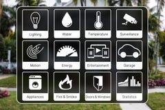 Les icônes de domotique pour commander une maison futée aiment la lumière, l'eau, surveillance, énergie, détection de fumée, capt Photographie stock libre de droits