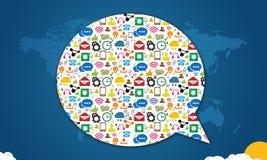 Les icônes sociales de media avec la parole bouillonnent sur le bleu Photo libre de droits