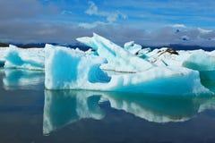 Les icebergs et les banquises sont reflétés dans l'eau Photo libre de droits