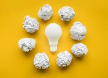 Les idées de créativité avec l'ampoule et le papier ont chiffonné la boule images libres de droits