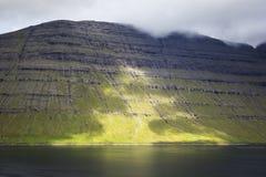 Les Iles Féroé Hautes montagnes et fjords profonds Photographie stock
