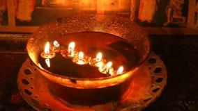 Les images saintes des personnes de saint à l'intérieur d'église de Petka de saint, Sofia, mire le burning banque de vidéos