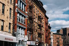 Les immeubles de brique typiques de Chinatown avec chante dans le Lower Manhattan photo libre de droits
