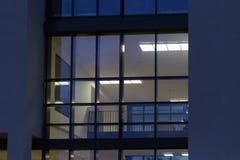 les immeubles de bureaux avec l'automne de coucher du soleil ont coloré le ciel et les nuages Photos libres de droits