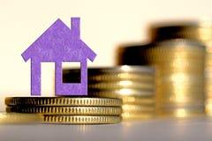 Les immobiliers de symbole sur un fond d'argent images libres de droits