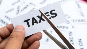 Les impôts textotent ou expriment la signification sur le papier à disposition se tenant images libres de droits
