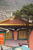 les indicateurs colorés renferment la prière du Népal Photos libres de droits