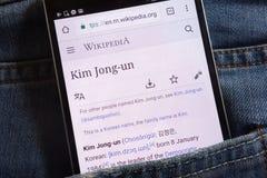 Les informations sur le Jong-ONU de Kim sur le site Web de Wikipedia montré sur le smartphone caché dans des jeans empochent image libre de droits