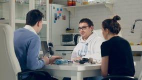 Les ingénieurs créatifs team le travail au bureau moderne lumineux Discutez la technologie robotique innovatrice - bras bionique clips vidéos