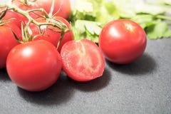 Les ingrédients de cuisine aiment les tomates et le persil sur la pierre d'ardoise Photo stock