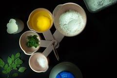 Les ingrédients de cuisson pour Moringa ont salé le pain Photos libres de droits