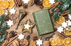 Les ingrédients de nourriture de biscuits de Noël ornemente le livre de conte de fées Images stock