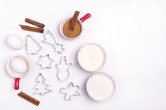 Les ingrédients pour faire cuire des formes de pain d'épice de biscuits de pain d'épice de Noël et les ingrédients sur la copie b Images stock