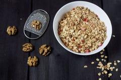 Les ingrédients pour faire cuire les écrous sains de petit déjeuner, flocons d'avoine, ont séché des fruits, miel, la granola, co images stock